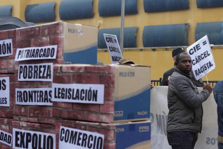 portfolio 14/40  - SOCIAL Protesta frente al Centro de Internamiento de Extranjeros de Aluche. Madrid. 2016
