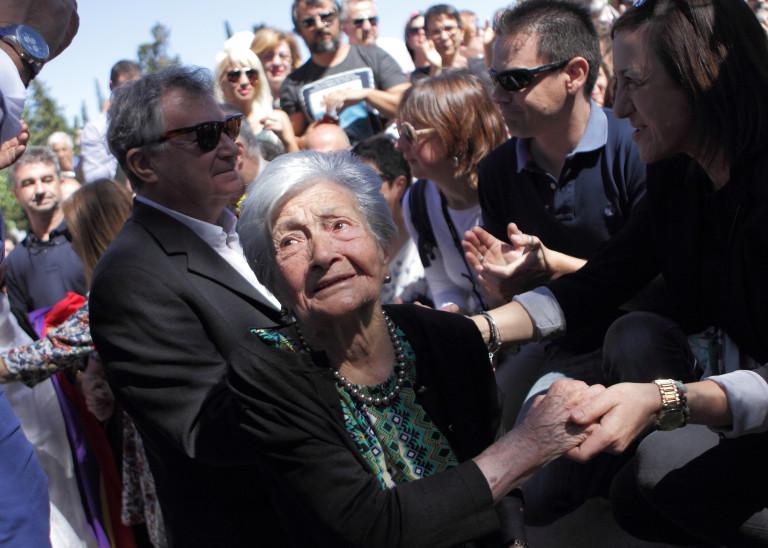 portfolio 11/40  - SOCIAL Ascensión Mendieta momentos antes de enterrar a su padre, Timoteo Mendieta, 78 años despues de su fusilamiento a manos del bando franquista. Madrid 2017