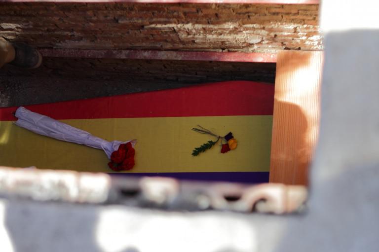 portfolio 12/40  - SOCIAL. Féretro de Timoteo Mendieta, enterrado en julio de 2017 en el Cementerio de La Almudena, Madrid, tras 78 años de su fusilamiento por le bando franquista.