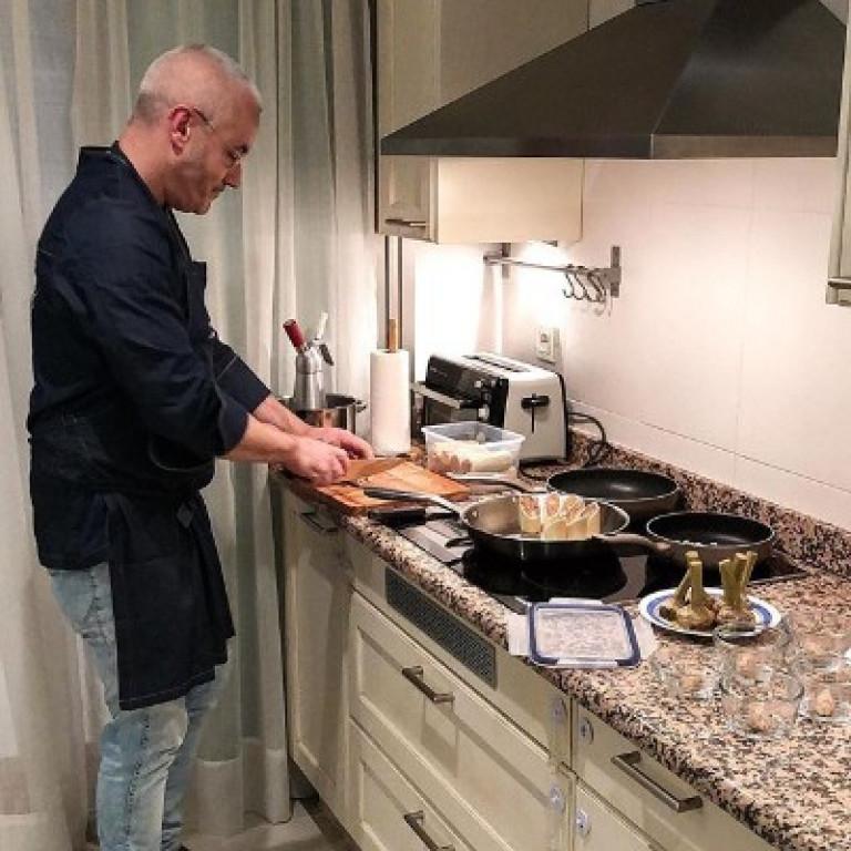 portfolio 5/8  - Chef lleva los ingredientes, utensilios necesarios