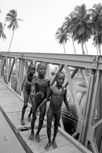 portfolio 22/24  - África profunda, Niños cruzando el puente