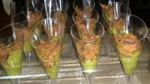 portfolio 18/22  - vasitos de tartar de salmón sobre crema de aguacate