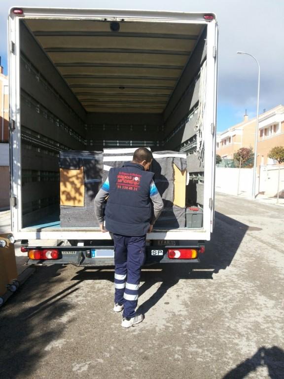 portfolio 29/39  - Operarios cuidando sus muebles Gol Madrid